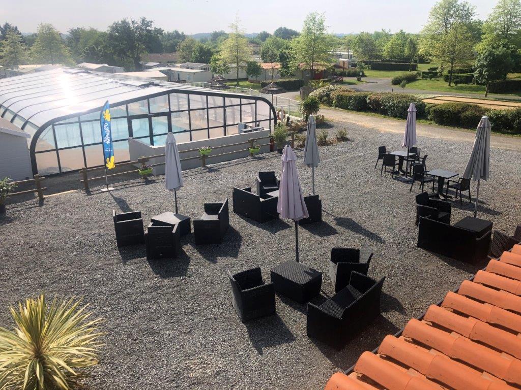 terrasse avec vue piscine